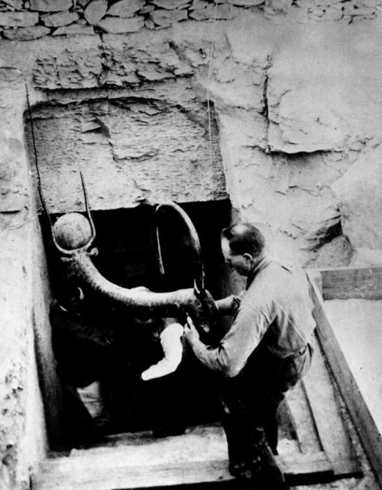 Археологи достающие предметы и сокровища из гробницы фараона Тутанхамона в долине фараонов. Египет, Луксор, 1923 год.