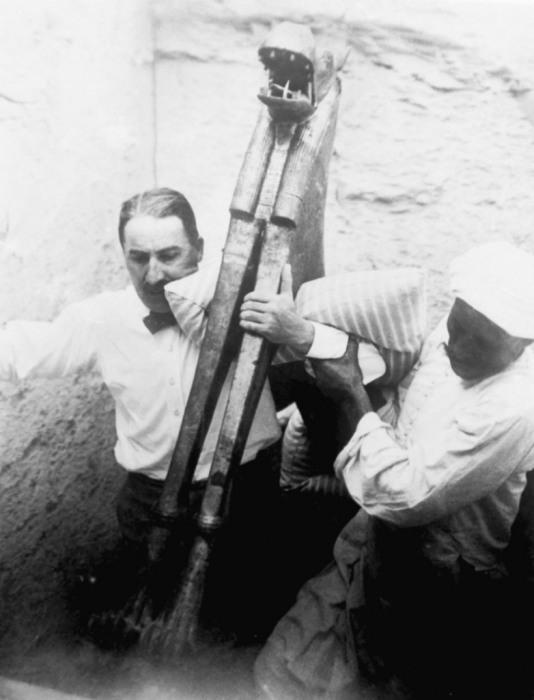 Археологи выносят древние артефакты во время раскопок в Каире.