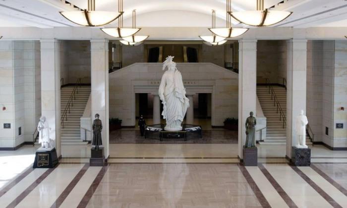 Гипсовая модель Статуи Свободы, которая использовалась для отливки статуи на Капитолийском холме, и другие статуи стоящие в Зале освобождения туристического центра Капитолия.
