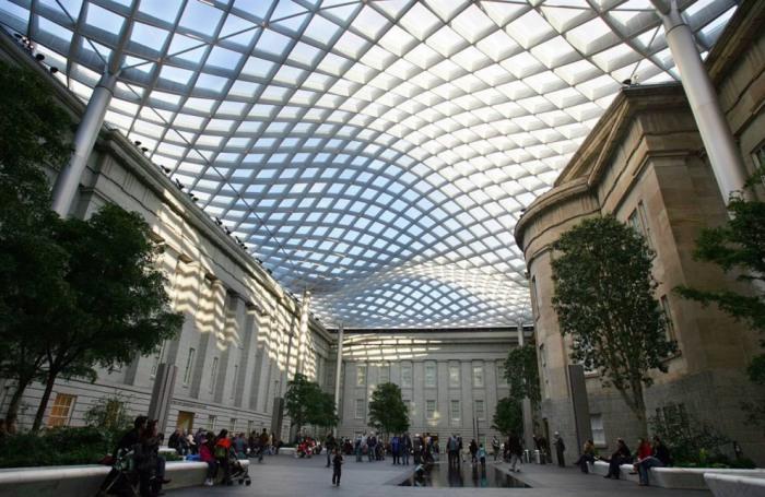 Внутренний двор Роберта и Арлин Когод с его изысканным стеклянным потолком, созданным известным на весь мир архитектором Норманном Фостером.