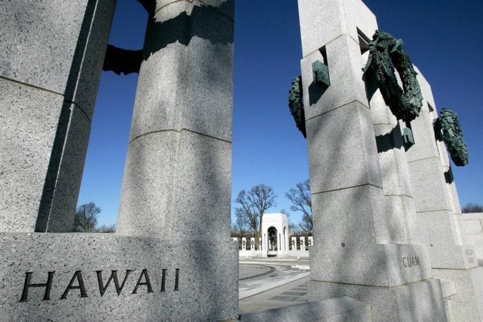 Колонны, представляющие различные штаты, стоящие у мемориала Второй мировой войны.