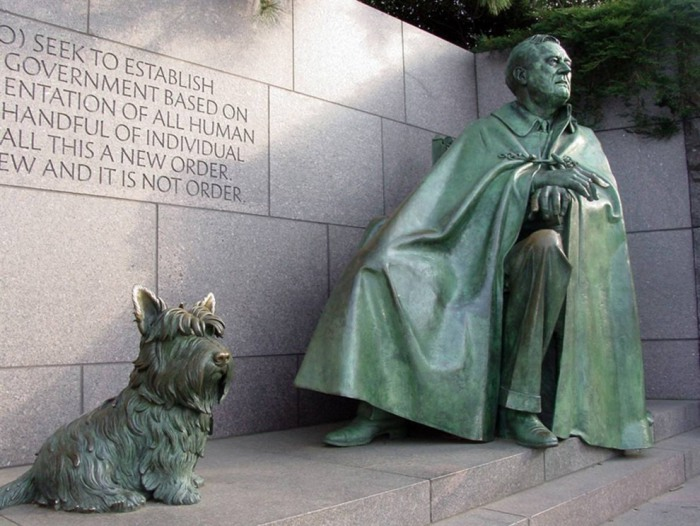 Статуя Рузвельта в инвалидном кресле у входа в мемориал Франклина Делано Рузвельта.