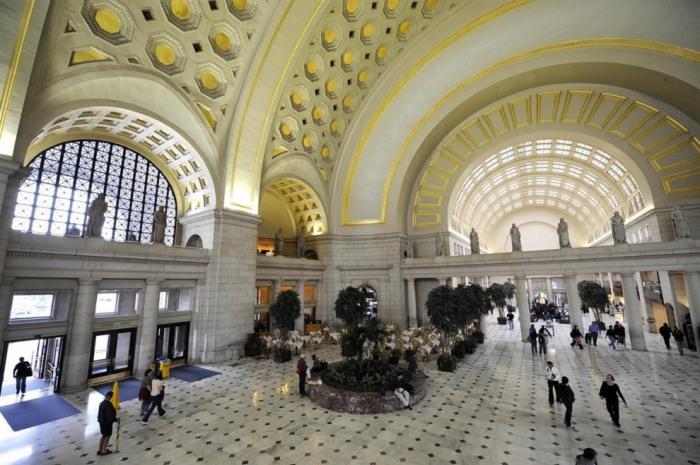 Здание в котором располагается главный офис национальной ж/д компании Amtrak и более 130 магазинов и ресторанов.