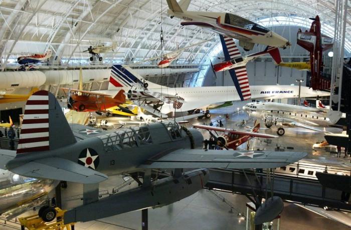 Самолеты в ангаре Джеймса С. МакДоннелла в Центре имени Стивена Ф. Удвара Хэйзи Национального музея авиации и космонавтики в Шантилли.