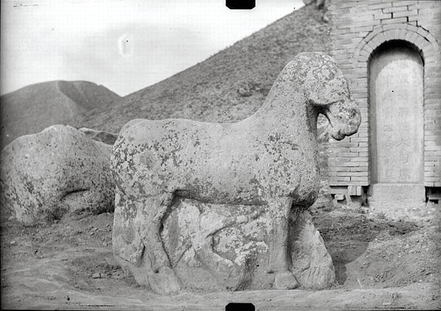 Конь, попирающий врага на могиле Хо Цюйбина.