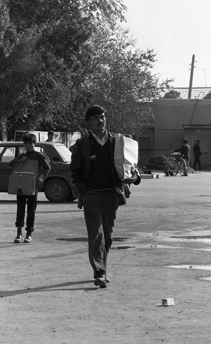 Мужчина, возвращающийся с рынка. СССР, Узбекистан, Самарканд, 1984 год.