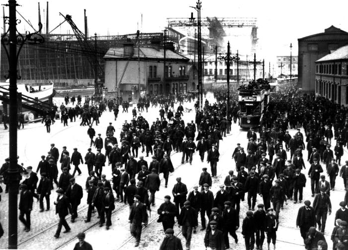 Рабочие идут с работы на судостроительной верфи Харленд энд Вулф в Белфасте, где в период с 1909 по 1911 год был построен Титаник.