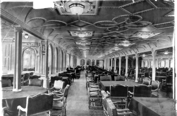 Обеденный зал для пассажиров второго класса.