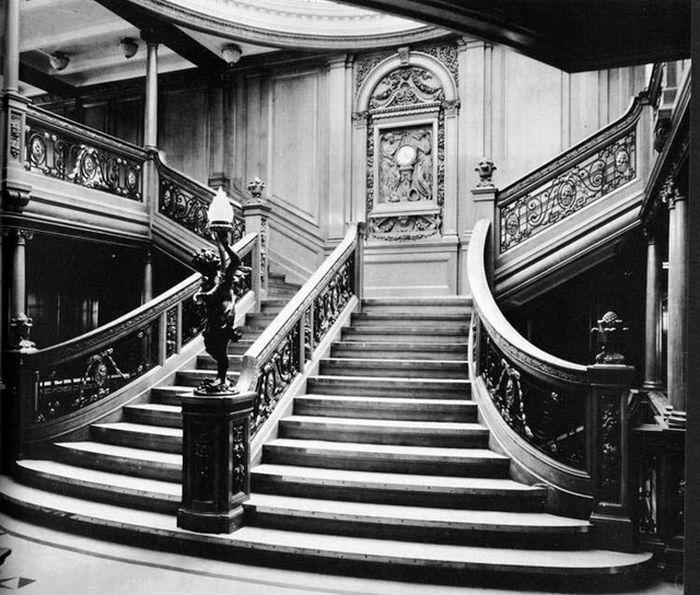 Главная лестница в холле первого класса.