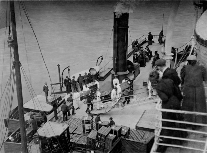 Рабочие погружающие багаж на борт Титаника. 11 апреля 1912 года.