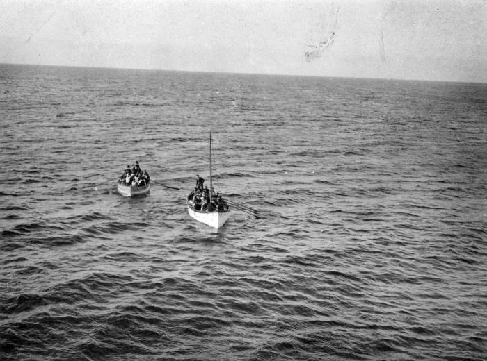 Корабль Карпатия подходящий к первым шлюпкам, спущенным с Титаника.