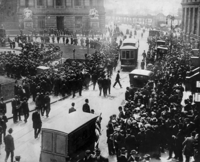 Огромная толпа людей собралась возле конторы пароходной компании White Star Line на Бродвее в Нью-Йорке, чтобы узнать последние новости о крушении Титаника.