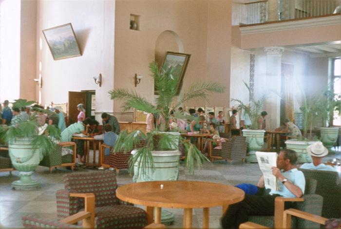 Вестибюль в гостинице Лобби в Сочи.