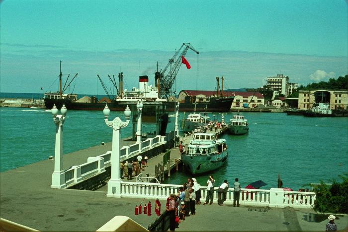 Яхты и корабли, стоящие в Сочинском порту.
