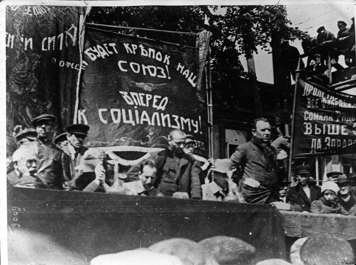 Боб Уильямс, секретарь британской Федерации транспортных рабочих выступающий с речью в Нижнем Новгороде. 1920 год.