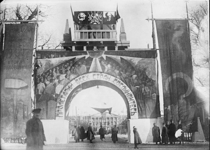 Огромные баннеры в Петрограде в 1919 году.