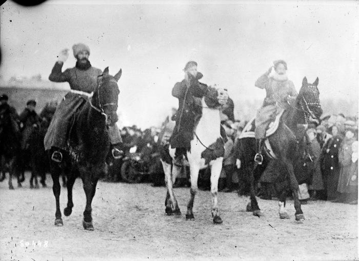 Красная Армия покидающая Петроград и отправляющаяся на польский фронт.