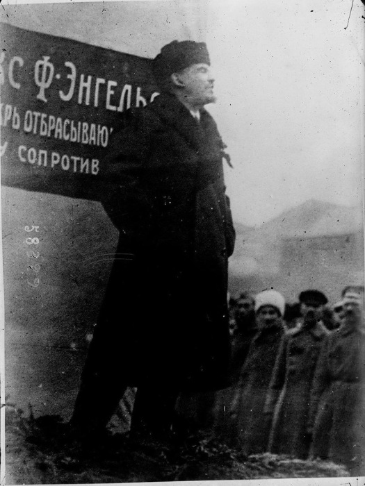 Ленин выступает с речью на митинге в Москве в 1919 году.