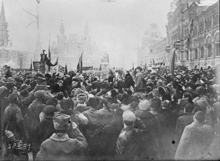Троцкий обращается к толпе на улице в Москве. 1919 год.