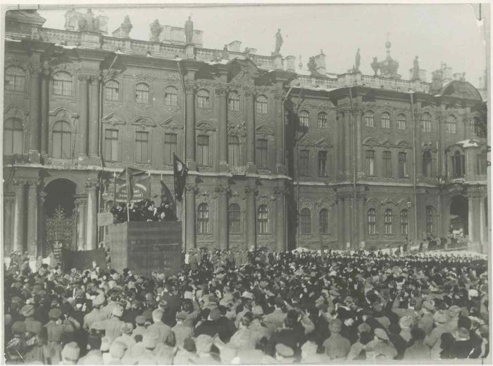 Рабочие Петрограда приветствующие делегатов на первом конгрессе Коммунистического интернационала. Март, 1919 года.