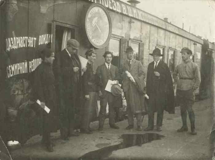 Делегация прибывшая на второй конгресс Коммунистического интернационала стоящая возле передней части поезда ВЦИК Советский Кавказ в 1920 году.