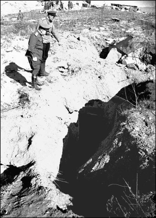 Высший комсостав во главе с Мерецковым осматривает разбитые японские доты в районе города Хутоу. Маньчжурия, сентябрь 1945 год.