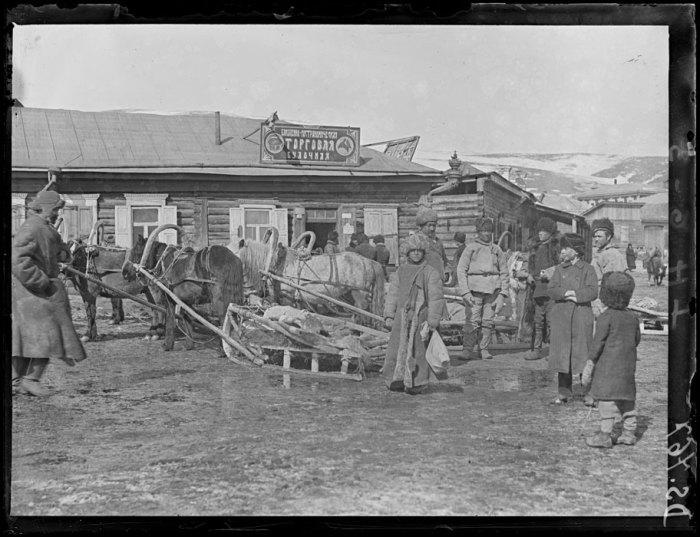 Повозка и магазинчик на станции Оловянная. Апрель, 1919 года.