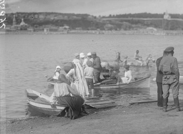 Молодежь садится в лодки. Барнаул, лето, 1919 года.