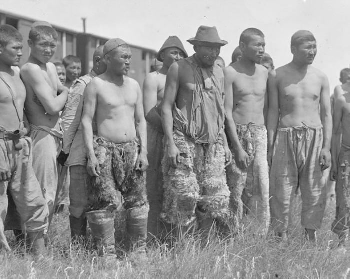 Киргизы перед работой. Сибирь, Семипалатинск, 1919 год.