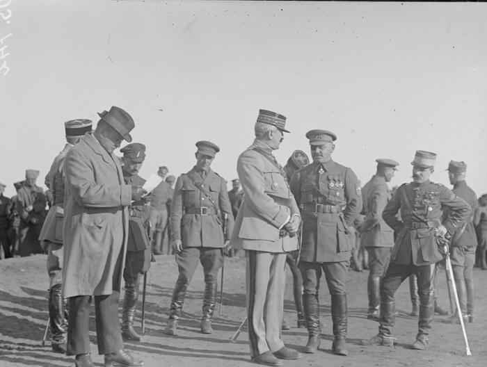 Генерал Жанен и Сиров на построении. Омск, 1919 год.