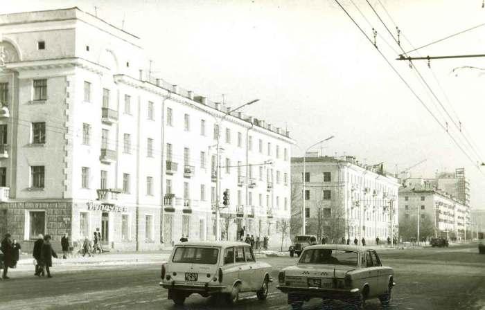 Вид на улицу Ленина и Булочная на углу.