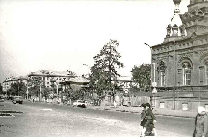Вид Екатерининской улицы в районе Феодосиевской церкви.