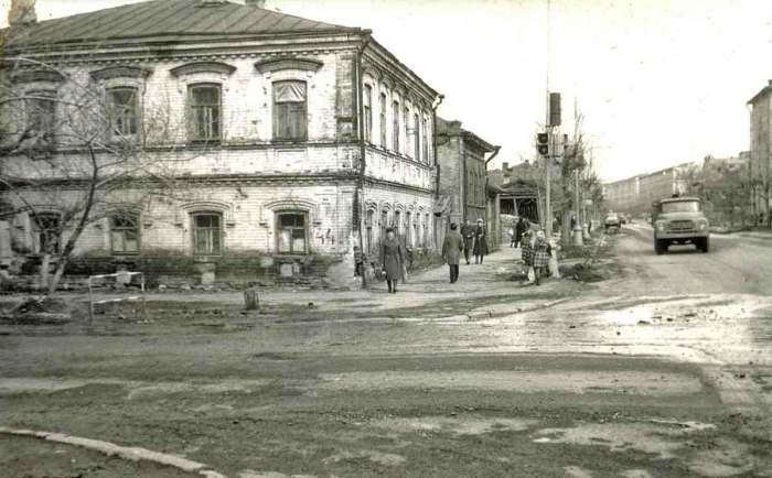 Дореволюционный дом на улице Екатерининская с перекрестка улицы Попова.