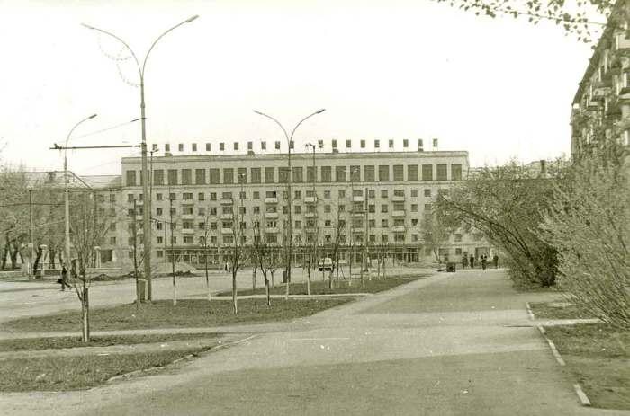 Гарнизонный универмаг на площади Карла Маркса.