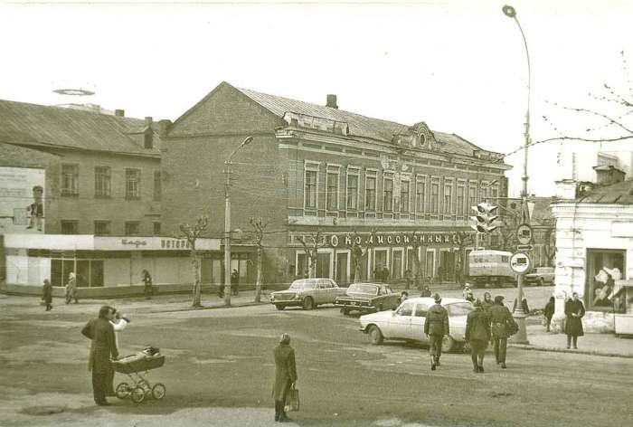 Комиссионный магазин и кафе Ветерок на улице Куйбышева.