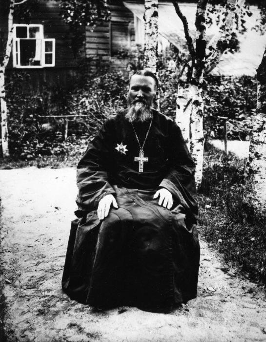 Иоанн Кронштадский -  священник Русской Православной Церкви, митрофорный протоиерей; настоятель Андреевского собора в Кронштадте, в саду своего дома. 1899 год.