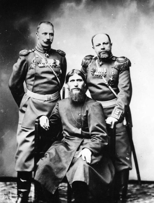 Григорий Распутин с командующими офицерами.