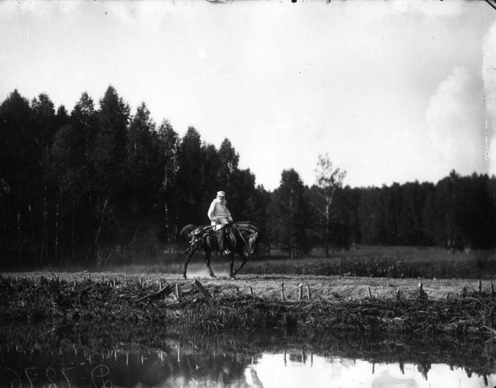 Лев Толстой катающийся на своей лошади на территории усадьбы Ясная Поляна в 1908 году.