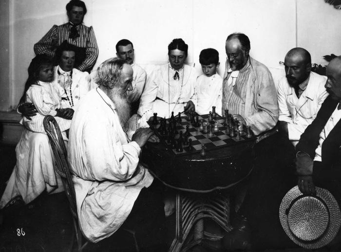 Лев Толстой за игрой в шахматы.