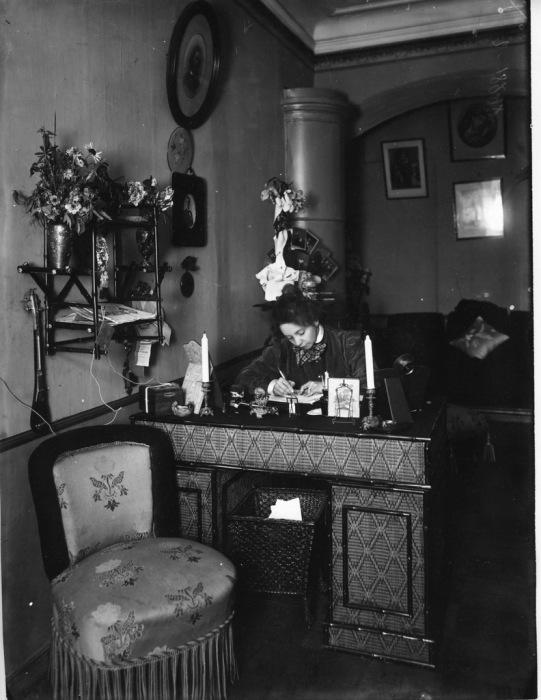 Вера Фёдоровна Комиссаржевская -  знаменитая русская актриса начала XX века, за своим столом.