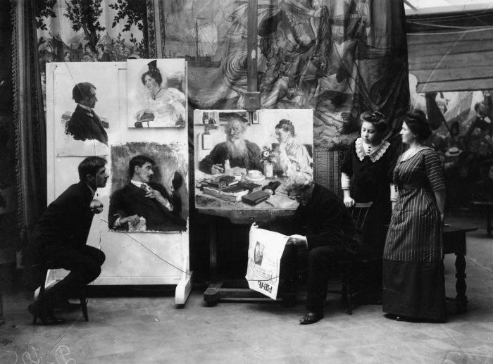 Репин читающий известие о смерти Льва Толстого. 1910 год.
