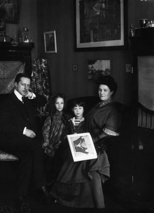 Художник Мстислав Добужинский с семьёй.