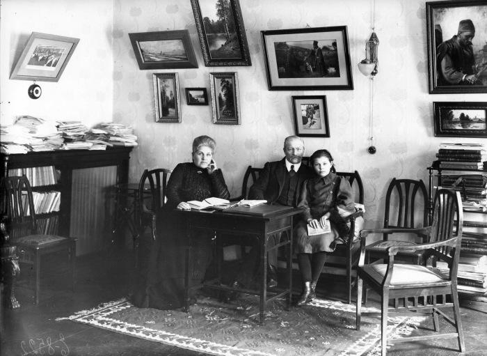 Павел Милюков с членами семьи. 1912 год.