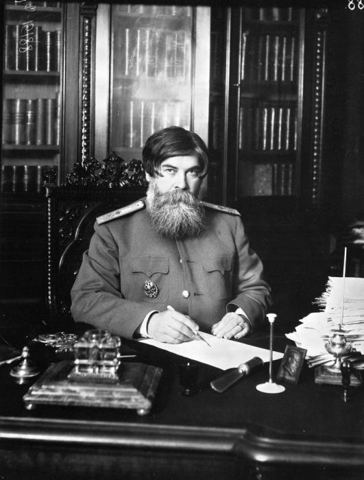 Академик Бехтерев за своим столом. 1912 год.