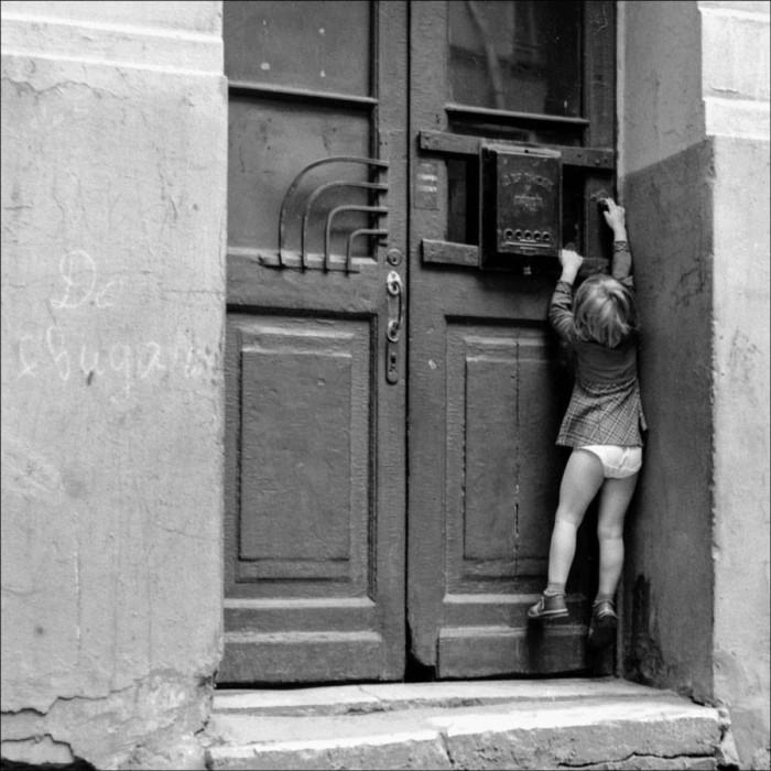 Дверь в подъезд Булгаковского дома в 1981 году.