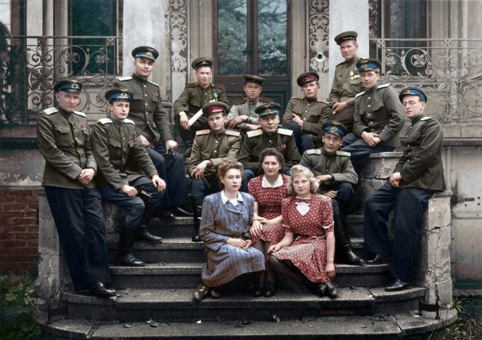 Советские офицеры в Германии, примерно 1946 год. Третий слева Герой Советского Союза Александр Васильевич Беляков.