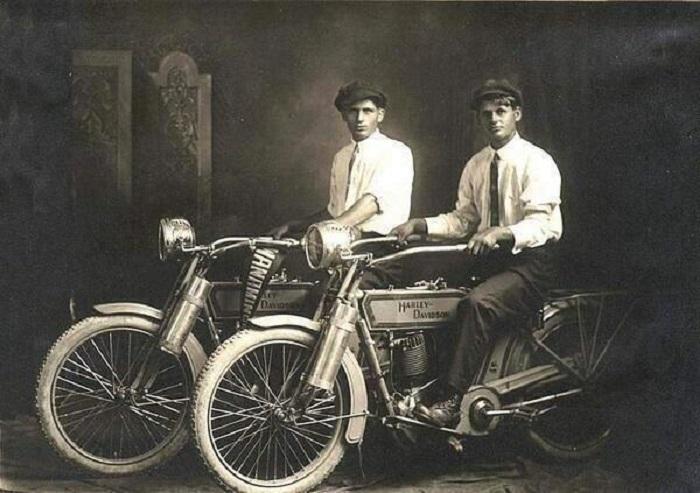 Уильям Харли и Артур Дэвидсон в 1914 году.