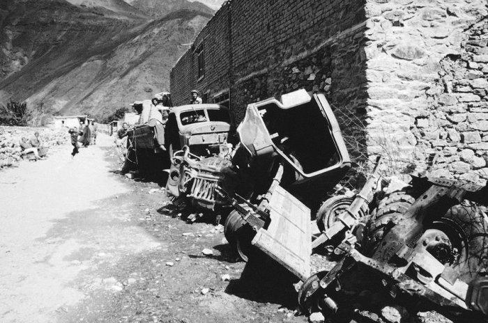 Искореженные советские автомобили на северо-востоке Пакистана, февраль 1984 года.