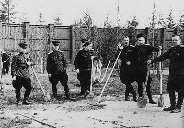 Офицеры НКВД сажают деревья по личному приказу Сталина. СССР, Смоленск, 1947 год.