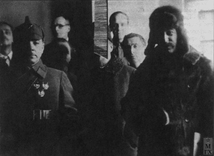 Иосиф Сталин и К. Ворошилов на выставке 10 лет РККА в помещении Центрального телеграфа на улице Горького, Москва. 1928.